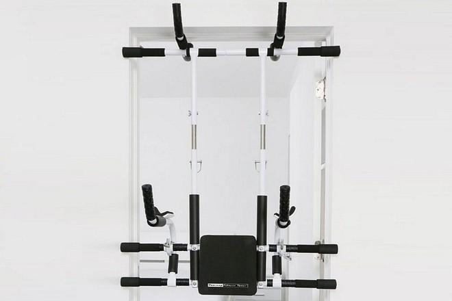 Hệ thống tập gym gắn cửa Doorway Fitness Tower cho phép các chàng trai tập được nhiều bài tập và động tác phong phú.