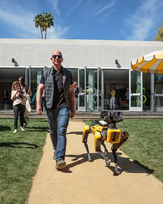 Bức ảnh cực bá đạo của Jeff Bezos và thú cưng mới của mình tại MARS 2018.