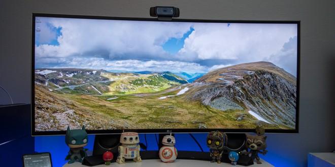Về hiển thị, Duino sử dụng màn hình cong QHD LG 34UC80-B, có giá hiện khoảng 15 triệu VNĐ. Rất hữu dụng để xử lý hình ảnh