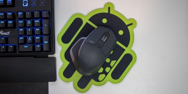 Sử dụng chuột không dây là một ý tưởng không tồi để vừa thoải mái khi dùng, vừa giảm tối đa các loại dây kết nối xung quanh bàn. Ví dụ như ở đây là chuột Logitech MX Master 2S (2 triệu VNĐ).