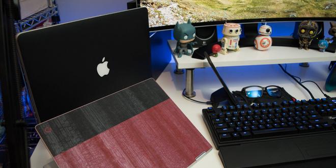 Do nhu cầu phải đi lại nhiều nên anh cũng sở hữu thêm các mẫu laptop khác. Như chiếc MacBook Pro 2014 15-inch (28 triệu VNĐ), để trên chiếc chân đế Twelve South BookArc vừa đẹp vừa tiện lợi