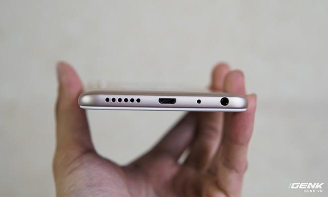 Một điểm trừ khá lớn của Redmi Note 5 with AI là vẫn dùng cổng Micro-USB .