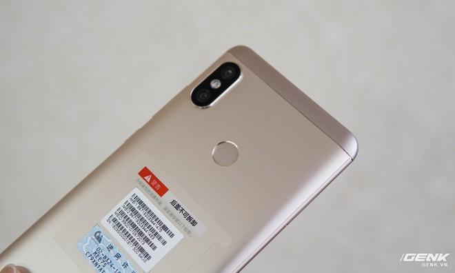 Mặt lưng máy được làm từ nhôm đánh nhám đúng chất Xiaomi nhiều năm nay.