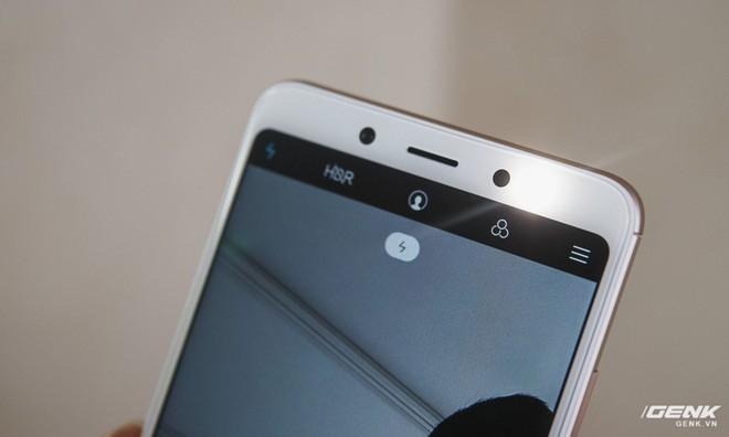 Một trong hai lỗ trên viền trên thực ra lại là đèn flash. Không hiểu sao Xiaomi lại ẩn nó dưới lớp màu đen được.