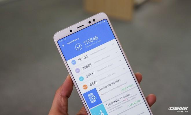 Thử nghiệm chạy AnTuTu, con chip Snapdragon 636 mới mẻ và RAM 6GB cho kết quả là hơn 115 ngàn điểm.