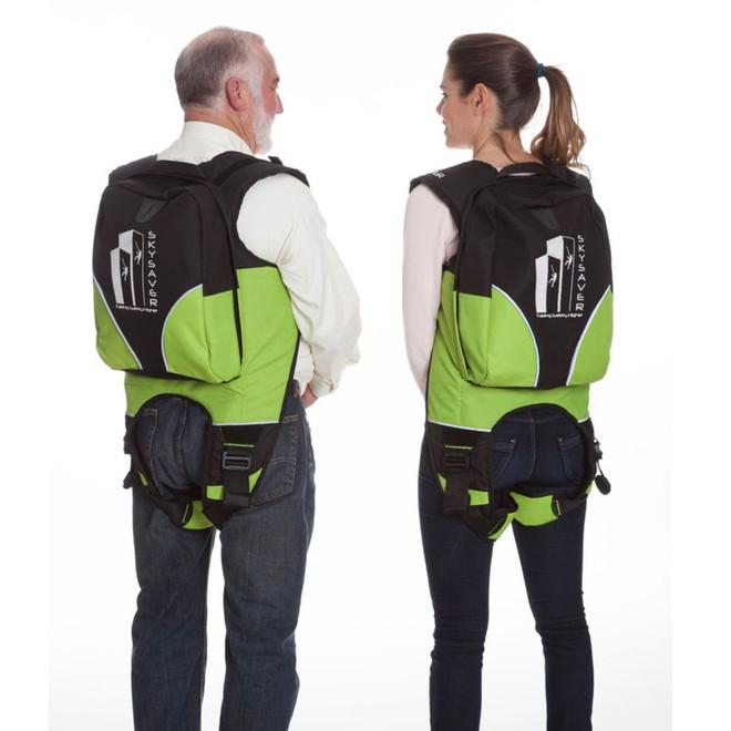 SkySaver có thiết kế giống với ba lô. Bạn sẽ đeo chúng ở vai và vòng dây qua dưới chân rồi cố định bằng các khoa an toàn.
