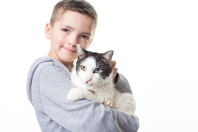 Cùng màu mắt, cùng bị tật ở miệng, số phận đã an bài cho cậu bé đáng thương và chú mèo hoang trở thành tri kỷ - Ảnh 6.