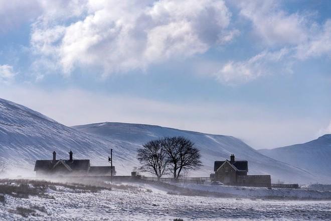 Hình ảnh bão tuyết Emma quần thảo dữ dội khiến nước Anh tê liệt - Ảnh 11.