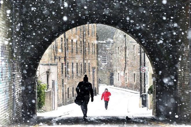 Hình ảnh bão tuyết Emma quần thảo dữ dội khiến nước Anh tê liệt - Ảnh 5.