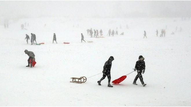 Hình ảnh bão tuyết Emma quần thảo dữ dội khiến nước Anh tê liệt - Ảnh 9.