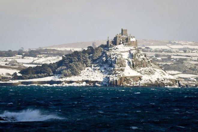 Hình ảnh bão tuyết Emma quần thảo dữ dội khiến nước Anh tê liệt - Ảnh 10.
