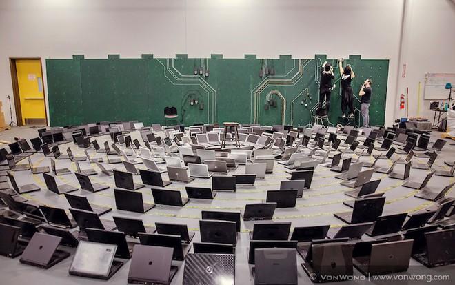 Nhóm nghệ sĩ biến gần 2 tấn rác thải điện tử thành những tác phẩm nghệ thuật tuyệt đẹp - Ảnh 9.