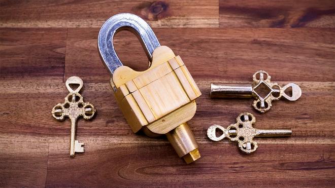 Ổ khóa 3 chìa không lỗ này khiến Internet đau đầu vì không biết mở kiểu gì - Ảnh 1.