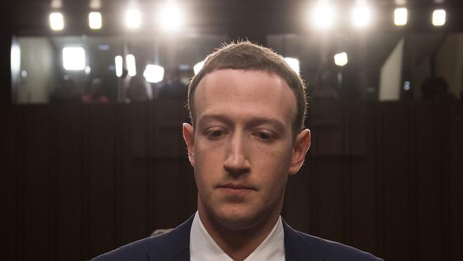 Khuôn mặt khá căng thẳng của Mark Zuckerberg khi bắt đầu phiên điều trần.