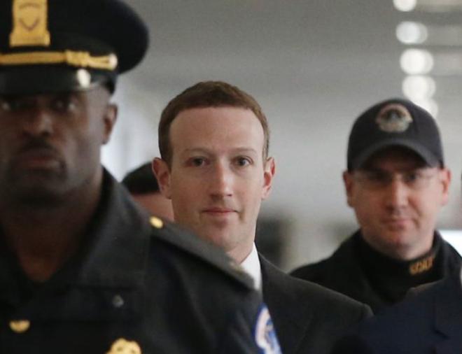 Một nghị sĩ Quốc hội đã từng tra hỏi Mark Zuckerberg trong cuộc điều trần, thừa nhận rằng kỹ năng công nghệ của mình kém một đứa trẻ 12 tuổi - Ảnh 2.