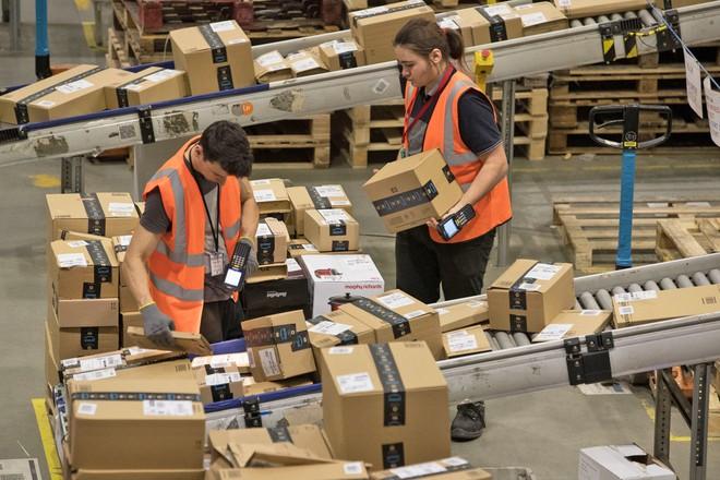 Nhân viên kho vận của Amazon kêu trời vì điều kiện làm việc khắc nghiệt, đi vệ sinh vào chai, bị giám sát như tù nhân - Ảnh 2.