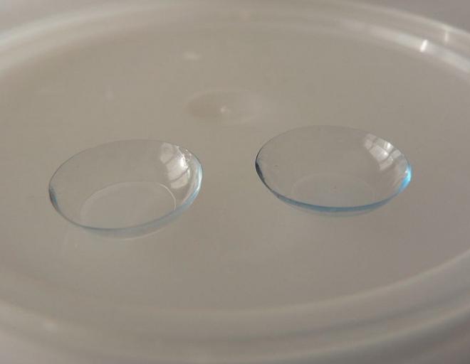 FDA vừa mới phê duyệt một loại kính áp tròng có thể chuyển thành màu tối trong ánh nắng mặt trời - Ảnh 1.