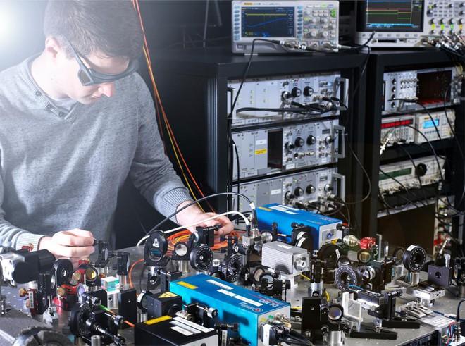Không phải đồng hồ nguyên tử, đồng hồ hạt nhân mới là công cụ đo đạc thời gian chính xác nhất của tương lai - Ảnh 1.