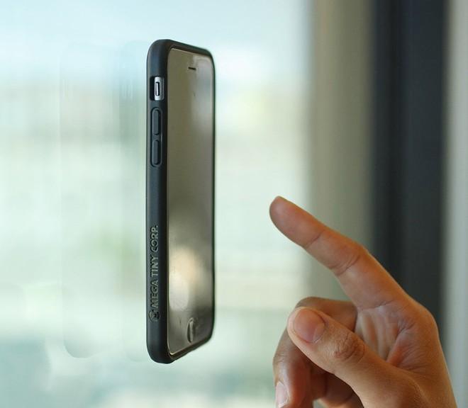 """Megaverse: Ốp lưng """"không trọng lực"""" cho phép gắn smartphone lên mọi mặt phẳng - Ảnh 2."""