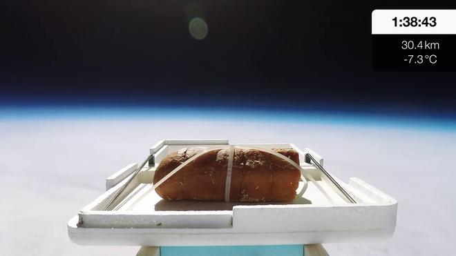 Youtuber đem bánh mì bơ tỏi ra ngoài không gian chỉ để xem vị của nó ra sao - Ảnh 2.