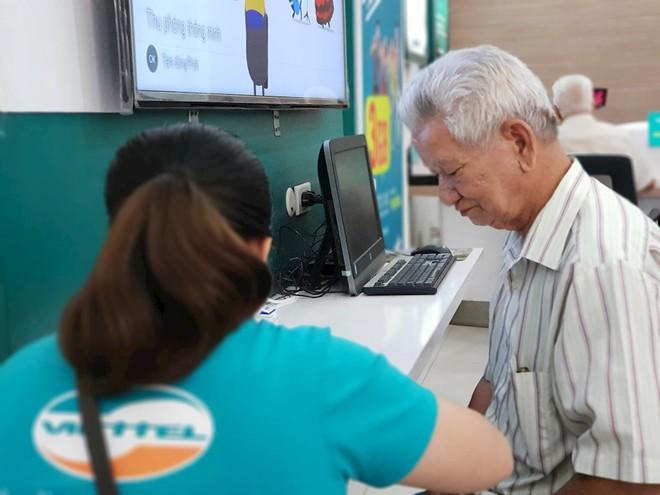 Hình ảnh người dân TP HCM chen lấn đi đăng ký thông tin trước giờ G - Ảnh 14.