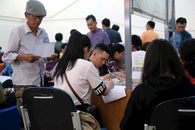 Hình ảnh người dân TP HCM chen lấn đi đăng ký thông tin trước giờ G - Ảnh 10.