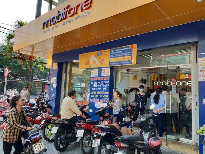 Hình ảnh người dân TP HCM chen lấn đi đăng ký thông tin trước giờ G - Ảnh 1.