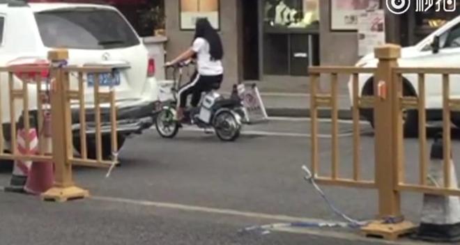 Trung Quốc: Chồng bí mật cắt rào chắn đường ray để vợ đi làm cho tiện - Ảnh 1.