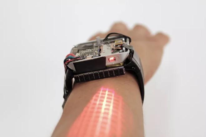 Chiếc smartwatch kiêm máy chiếu này sẽ biến cánh tay bạn thành màn hình cảm ứng - Ảnh 1.