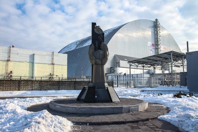 Mái vòm ngăn phóng xạ được lắp trùm lên Lò phản ứng số 4 tại Chernobyl.