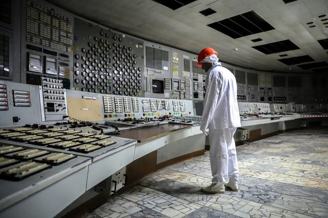Một hành khách đang khám phá nơi từng là phòng điều khiển của lò phản ứng.