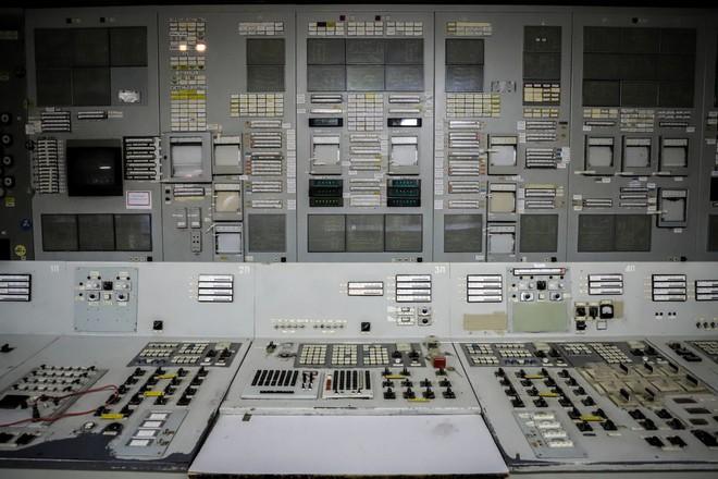 Các công tắc, nút bấm và bảng điều khiển, ... một vài trong số chúng vẫn lóe sáng lên.