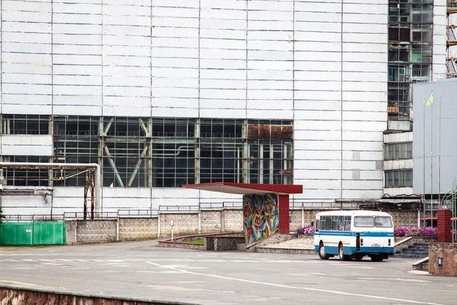 Chiếc xe buýt chở nhân viên tới cổng nhà máy điện hạt nhân Chernobyl.