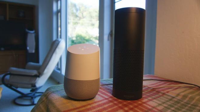 Hai mẫu sản phẩm loa thông minh của Google và Amazon