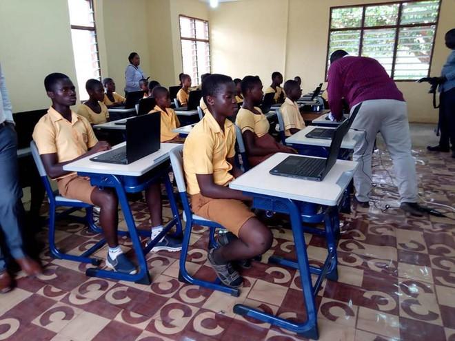Microsoft chơi lớn, tặng 27 laptop cùng nhiều thiết bị khác cho thầy giáo dạy MS Word bằng cách vẽ lên bảng - Ảnh 2.