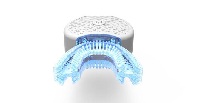 Chiếc máy đánh răng cũng có thể phát ra tia làm sáng, giúp người dùng vừa vệ sinh, vừa làm trắng răng