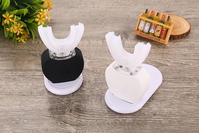 Bàn chải V-WHITE có thiết kế đặc biệt, với phần bàn chải vừa khít với hàm răng