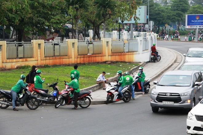 """GrabBike giả xuất hiện tràn lan ở sân bay Tân Sơn Nhất, Grab """"cầu cứu"""" Công an TP. HCM - Ảnh 1."""