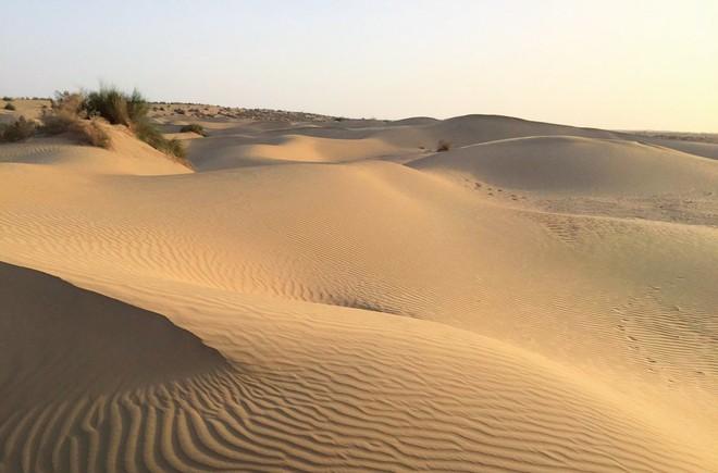 Vật liệu mới được làm từ cát sa mạc, cứng như bê tông nhưng phát thải carbon thấp hơn rất nhiều - Ảnh 1.