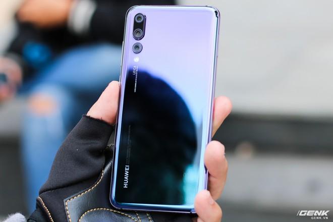 Điểm nhấn đầu tiên đó chính là về thiết kế. Tuy ngôn ngữ kính trước và sau không phải là quá mới mẻ nhưng Huawei P20 Pro đã gây ấn tượng với màu sắc Twilight mới. Bằng sự kết hợp giữa màu xanh dương và tím, kèm đó là mặt lưng kính sáng bóng đã giúp sản phẩm thêm phân nào tạo được sự thu hút và quyến rũ hơn