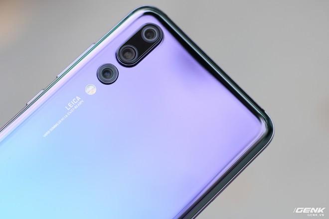 Huawei P20 Pro sở hữu 3 cảm biến camera được làm lồi hẳn bên trên. Trong đó, cụm camera chính với độ phân giải 40MP f/1.8 và camera đơn sắc 20MP f/1.6 được đặt liền với nhau với các viền cắt kim cương bảo vệ xung quanh. Còn Camera tele 8MP f/2.4 sẽ đặt riêng biệt ở phía dưới