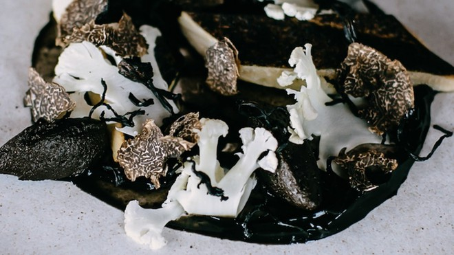 Khi màu đen được ngày càng nhiều đầu bếp nổi tiếng thế giới ưa chuộng: Đâu là nguyên do dẫn đến điều kỳ lạ này? - Ảnh 1.