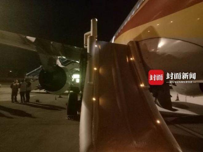Hành khách Trung Quốc bật cửa thoát hiểm trên máy bay để hít thở không khí trong lành trước khi cất cánh - Ảnh 1.