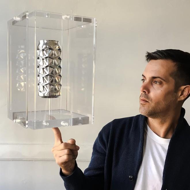 Anh nghệ sĩ này đã dành hàng năm trời biến những lon nước bỏ đi thành các tác phẩm nghệ thuật kỳ ảo - Ảnh 1.
