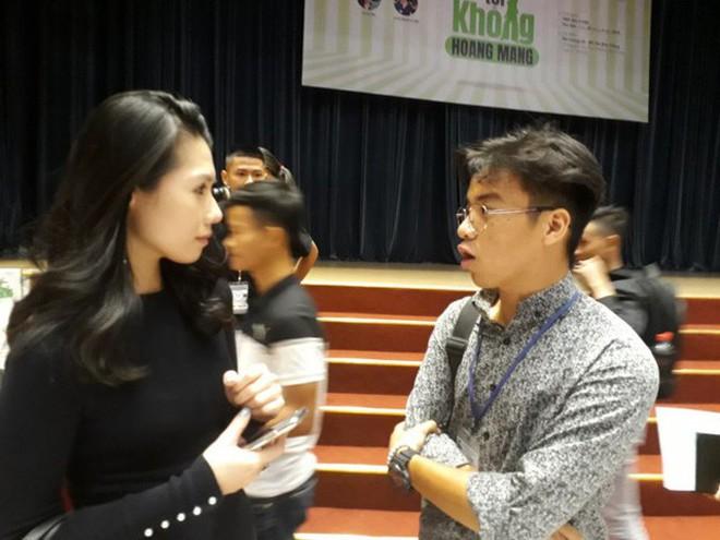 Thi Anh Đào đang chia sẻ kinh nghiệm với sinh viên đại học Tôn Đức Thắng