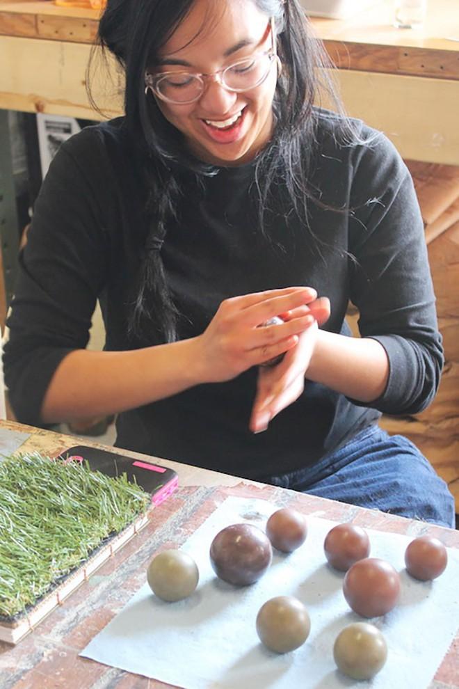 Quả cầu bằng giấy bạc chưa là gì hết, người Nhật còn có thể làm ra những quả cầu hoàn hảo chỉ bằng bùn đất - Ảnh 14.