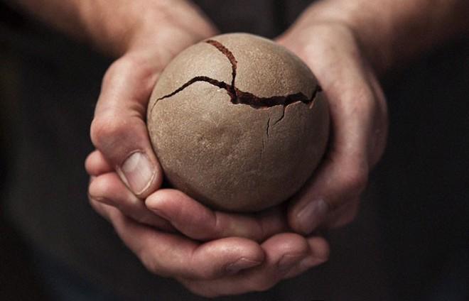 Quả cầu bằng giấy bạc chưa là gì hết, người Nhật còn có thể làm ra những quả cầu hoàn hảo chỉ bằng bùn đất - Ảnh 8.
