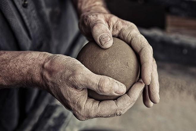 Quả cầu bằng giấy bạc chưa là gì hết, người Nhật còn có thể làm ra những quả cầu hoàn hảo chỉ bằng bùn đất - Ảnh 7.