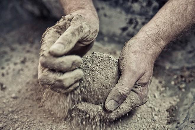 Quả cầu bằng giấy bạc chưa là gì hết, người Nhật còn có thể làm ra những quả cầu hoàn hảo chỉ bằng bùn đất - Ảnh 4.