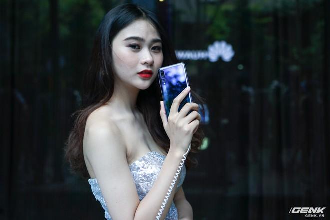 Huawei giới thiệu flagship P20 Pro tại Việt Nam: thiết kế đẹp, màn hình tai thỏ, trang bị 3 camera cho trải nghiệm chụp ảnh chuyên nghiệp, lên kệ từ 26/5 - Ảnh 1.